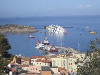 Il relitto della Costa Concordia a Giglio Porto