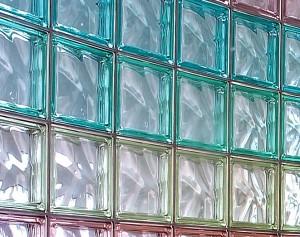Un esempio di parete in mattoncini di vetro seves for Mattone guardando schierandosi