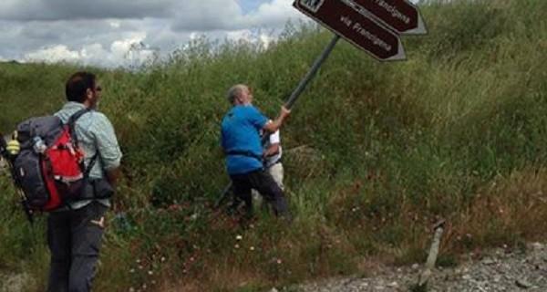 I pellegrini ripristinano la cartellonistica lungo la via Francigena