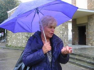 meucci in viola con ombrello