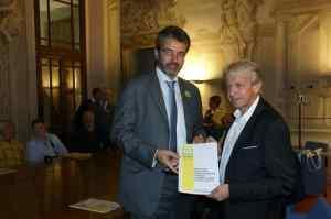 Foto Tulio Marcelli consegna documento assessore Coldiretti (2)