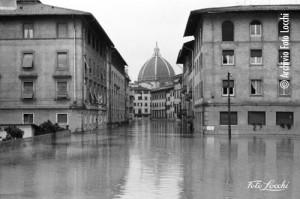 Alluvione archivio foto locchi igf all 132 piazza dei ciompi for Piazza dei ciompi