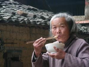 cina2 Contadina fra le case di terra dei Hakka, nel Fujian