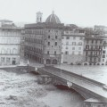 Il ponte Santa Trinita durante l'alluvione