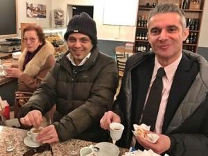 L'autore (a destra) a colazione in centro storico con un suo collaboratore e una signora molto interessata al dibattito