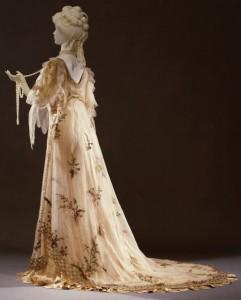Rosa-Genoni-Abito-da-ballo-ispirato-alla-Primavera-del-Botticelli-1906-Galleria-del-Costume-Palazzo-Pitti-Firenze-480x596