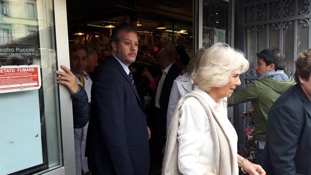 Carlo e Camilla al mercato di Sant'Ambrogio