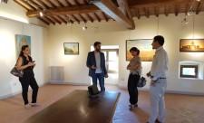 Fabrizio Spadini illustra la mostra al sindaco Alessandra Dori - foto 2