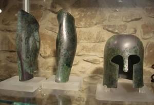 Elmo e schinieri in bronzo a vetulonia Sala B del museo