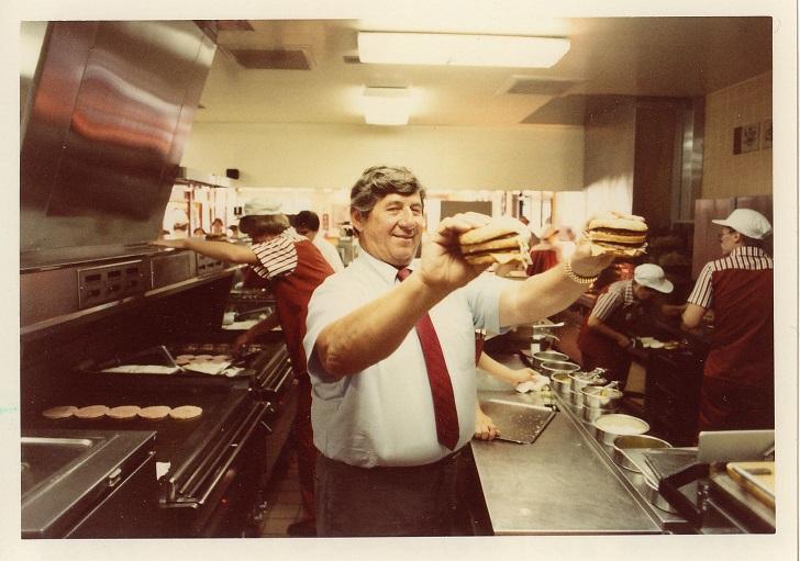 Jim Delligatti, creatore del Big Mac nella cucina di un McDonald's