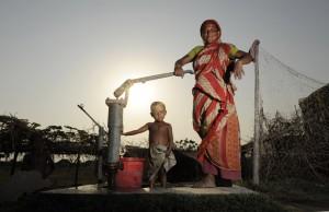 PompaAcquaDonnaBambinoBangladesh.jpg