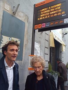 bonaccorsi_sotto_cartellone_che_annuncia_sciopero_ataf.JPG
