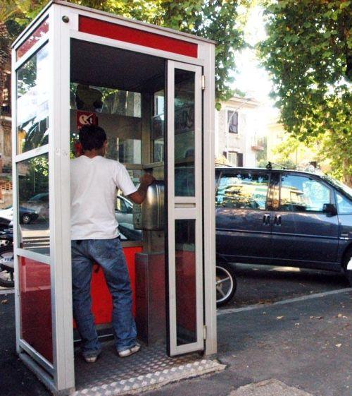 atti osceni in pieno giorno in una cabina telefonica | stamptoscana - Cabina Telefonica
