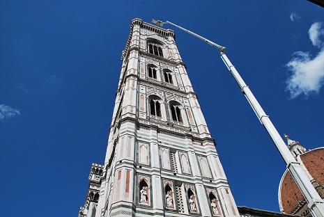 monitoraggio_del_campanile_di_giotto_con_gru_dal_braccio_alto_104_metri_thumb.JPG