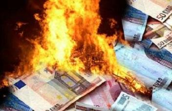 soldi_bruciati_dalla_crisi.jpg